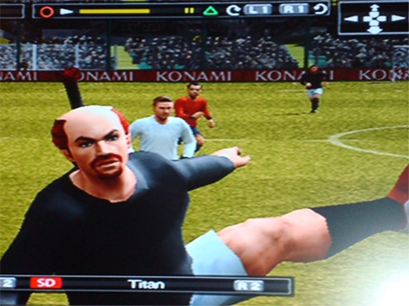 Bitan chutando a bola no gol